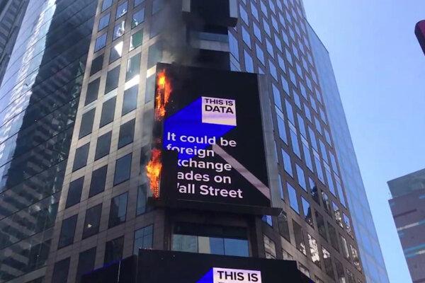 Na Times Square horela reklamná tabuľa.