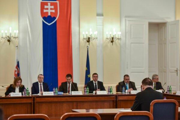 Výbor vypočúva kandidátov na ústavných sudcov.
