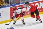 Momentka zo zápasu Rakúsko - Česko na MS v hokeji 2019, Jan Kovář a Patrick Peter v súboji o puk.