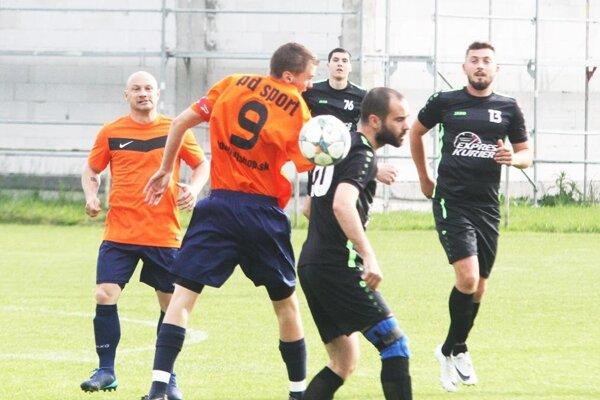 Veľký Cetín vyhral v Janíkovciach 2:0. Na snímke sú autori oboch gólov N. Charizopulos a P. Majerčík.