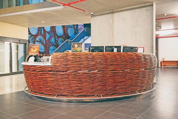 Centrálny objekt vo vestibule vypletaný vŕbou.