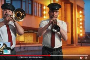 Poslanec Tomáš Vaňo (vpravo) účinkuje v reklamnom klipe.