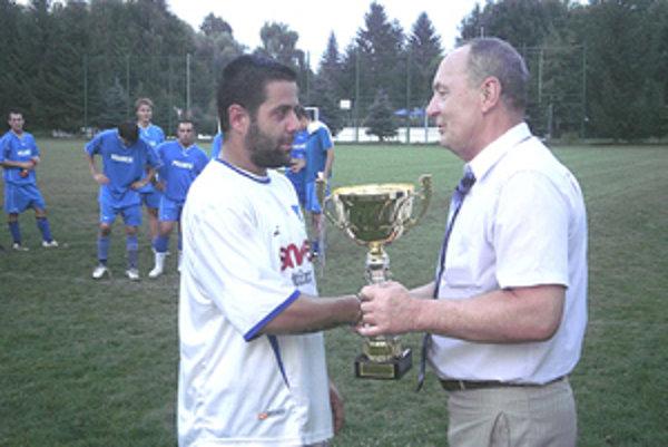Starosta Dolnej Strehovej odovzdal víťazný pohár zástupcovi štvrtoligového tímu Fomat Martin.