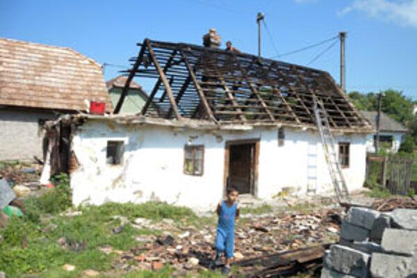 Spodná voda sa postarala o zrútenie steny vyše 120-ročného domu Máteovcov vo Fige.