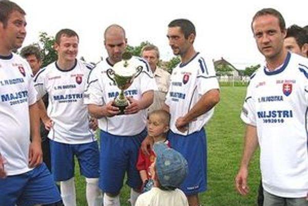 Roman Vilhan (s pohárom) sa blysol medzi kanoniermi 1. triedy ObFZ Lučenec. Nastrieľal najviac gólov počas uplynulého súťažného ročníka.