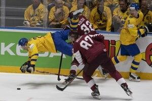 Momentka zo zápasu Švédsko - Lotyšsko na MS v hokeji 2019.