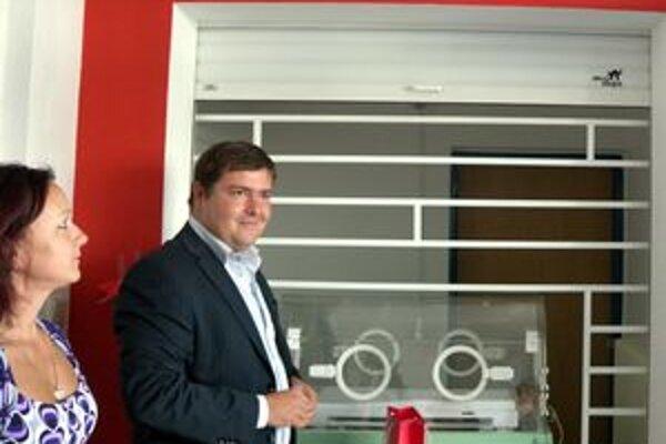Riadiateľ rimavskosobotskej nemocnice Rastislav Kubáň tvrdí, že Hniezdo záchrany prispelo k skvalitneniu a rozšíreniu prístrojového vybavenia zdravotníckeho zariadenia.