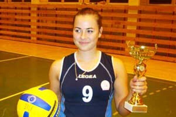 Kapitánka Poltára Veronika Sivičeková prevzala ocenenie pre víťaza turnaja.
