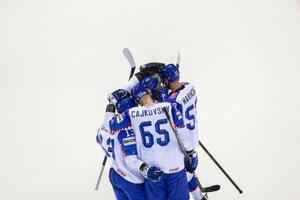 Slovenskí hokejisti po strelení gólu proti Dánsku na MS v hokeji 2019.