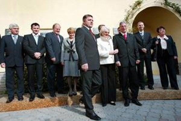 V Tisovci mala pred niekoľkými rokmi výjazdové rokovanie vláda Roberta Fica. Ministerka práce Viera Tomanová drží pod pazuchou primátora za Smer Petra Mináča.
