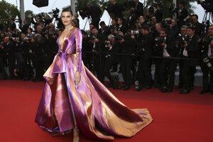 Modelka Isabeli Fontana pózuje fotografom počas príchodu na premiéru filmu The Best Years of a Life