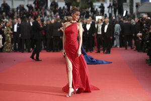 modelka Bella Hadid pózuje fotografom počas príchodu na premiéru filmu 'Pain and Glory'