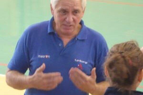 Po Štefanovi Bukviarovi prevzal taktovku nad volejbalovými prvoligistkami Hnúšte Jozef Majeský (na fotke).