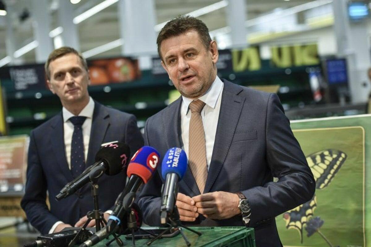 ee1b5e74412b3 Sprava minister životného prostredia SR László Sólymos, výkonný riaditeľ  spoločnosti Tesco Stores SR Martin Kuruc