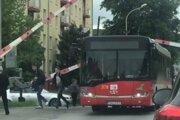 Cestujúci vybehli von z autobusu.