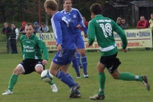 Nestarnúci Marek Penksa (vľavo) vsietil posledný gól domácich.