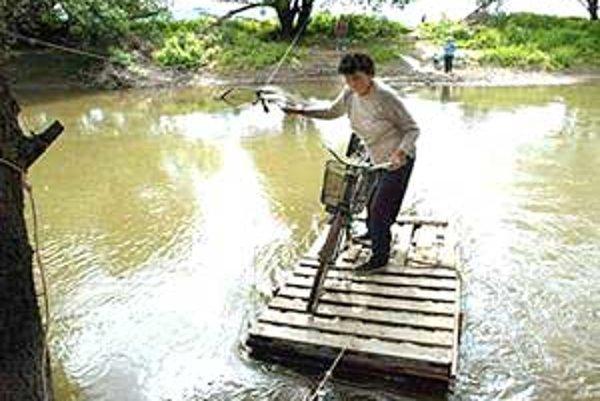Obyvatelia niektorých prihraničných obcí okolo Ipľa sa prepravujú k susedom aj svojpomocne prevádzkovanou kompou.