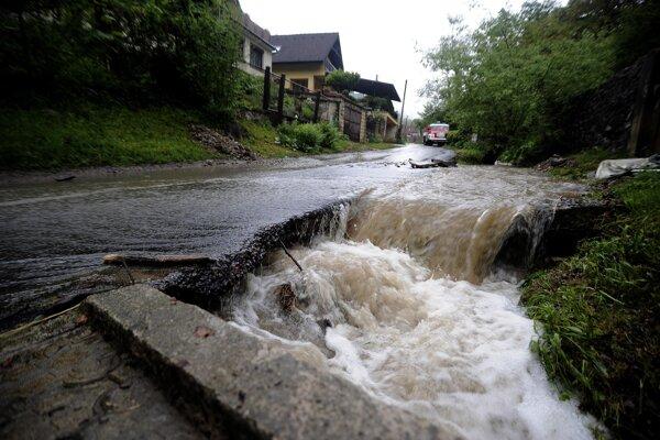Pohľad na zaplavenú cestu medzi obcami Omšenie a Trenčianske Teplice časť Kamenica.