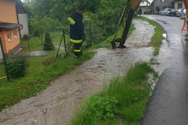 V Kolačíne museli pomáhať aj ťažšie mechanizmy.