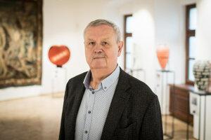 Bývalý majiteľ vydavateľstva Spoločnosť 7 Plus Štefan Šimák vlastní zámok v Pezinku, v ktorom zakrátko otvorí galériu umeleckého skla.