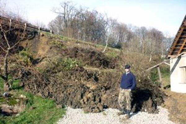 Rozmočená pôda sa zosypala na dvor, ktorý slúži ako parkovisko.