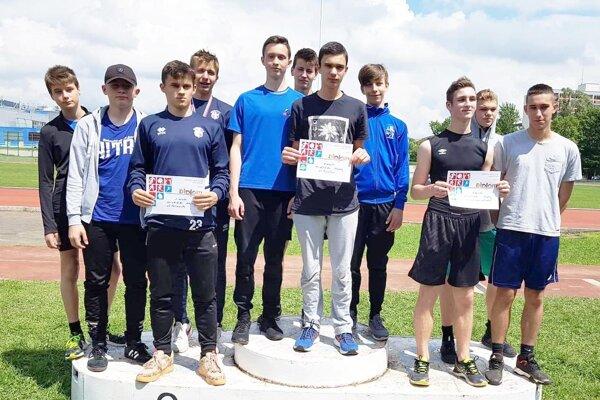 Najlepšie chlapčenské štafety na 4x60 m - zľava ZŠ Fatranská, v strede víťazná ZŠ Topoľová, vpravo ZŠ Nábrežie mládeže.