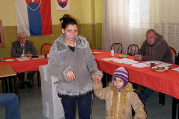 Rómska volička počas komunálnych volieb na sídlisku Dúžavská cesta.