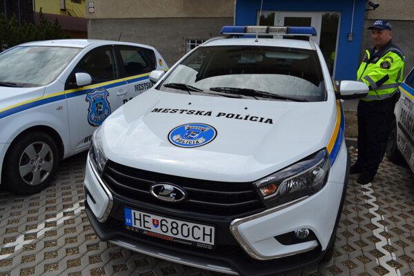 Nové auto si mestskí policajti pochvaľujú.