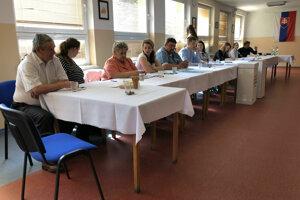 Na snímke okrsková volebná komisia v obci Rožkovany v okrese Sabinov, kde eurovoľby spojili s miestnym referendom.