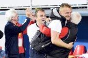Tréner Karol Praženica vobjatí svedúcim mužstva Vladimírom Červeným, za nimi Martin Válovčan, strelec gólu.