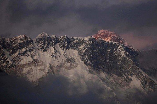 Najvyššia hora Mount Everest môže byť o niekoľko dekád úplne bez snehu.