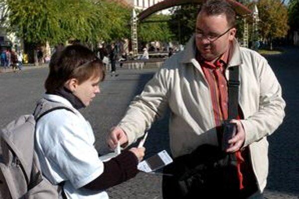 Dvadsať percent účastníkov prieskumu nad 30 rokov potvrdilo, že na charitu prispieva pravidelne.