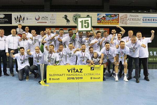 Hádzanári Tatrana Prešov oslavujú majstrovský titul.
