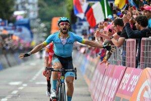 Taliansky cyklista Dario Cataldo oslavuje v cieli víťazstvo 15.etapy cyklistických pretekov Giro d'Italia na trati dlhej 232 km, z Ivrey do Coma 26. mája 2019.