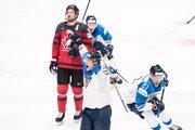 Harri Pesonen (v popredí) oslavuje tretí gól Fínska vo finálovom zápase Kanada - Fínsko na MS v hokeji 2019.