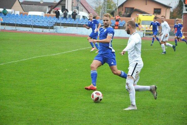 Dubničan Jakubek (v modrom) bol blízko ku gólu, ale zápas nedohral.