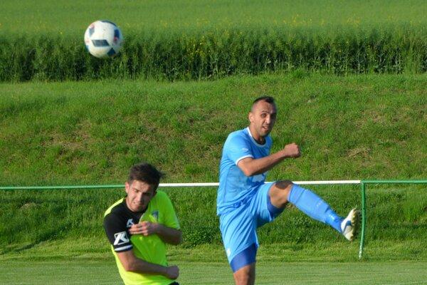 Druhý gól Jacoviec strelil Dávid Chrenko (vľavo). Pri skórovaní mu nezabránil ani obranný pilier Solčian Peter Doležaj (vpravo).