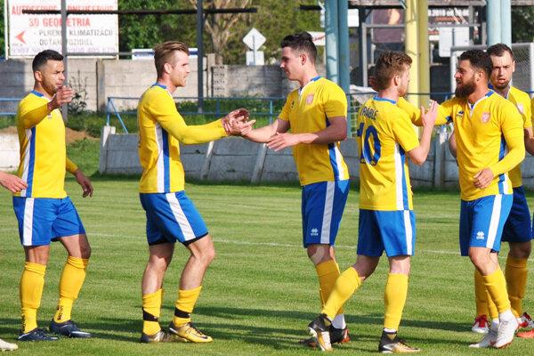 Futbalisti Vrábeľ sa v Novom Meste n/V. tešili z tretieho víťazstva na ihriska súpera v tejto sezóne.