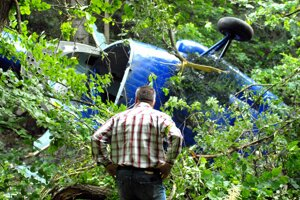 Vrtuľník sa zrútil do ťažko dostupného lesného terénu.