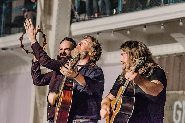 Počas koncertu Hansard prekvapil divákov, keď sa zjavil na mieste zvukára.