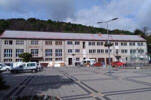 Na osem mesiacov sa predpokladá obnova kultúrneho domu (na snímke) v Modrom Kameni v okrese Veľký Krtíš.