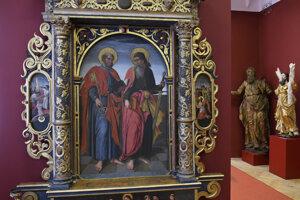 Na centrálnom obraze vľavo kľúč od nebeskej brány drží sv. Peter, vpravo s mečom je sv. Pavol.