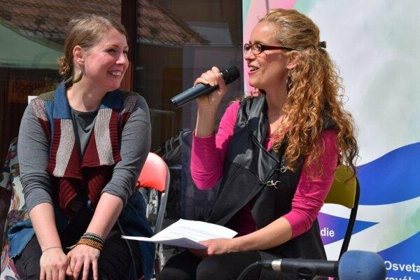 Silvia Hernadiová (vpravo) počas prednášky čo je vlastne upcycling.