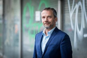 Robert Hajšel je bývalý šéf kancelárie Európskeho parlamentu na Slovensku, nie je členom strany Smer.