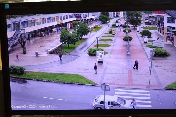 Bezpečnostné kamery celý incident zaznamenali.