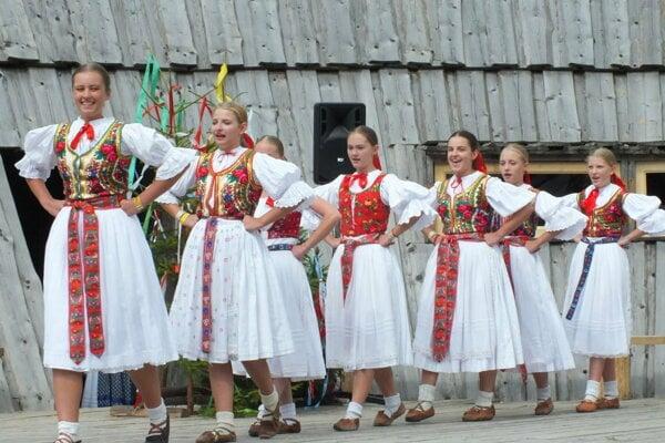 Časť súboru Kelčovan na festivale v Zuberci.