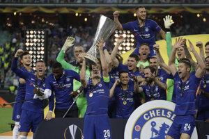 Cesar Azpilicueta drží trofej pre víťaza Európskej ligy aa oslaavuje so sooluhráčmi z FC Chelsea.