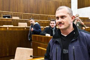 Marián Kotleba bol v parlamente už v roku 2010. Počas dňa otvorených dverí. O šesť rokov neskôr bola jeho Ľudová strana Naše Slovensko zvolená do parlamentu 210-tisíc hlasmi a získala 14 poslaneckých mandátov.