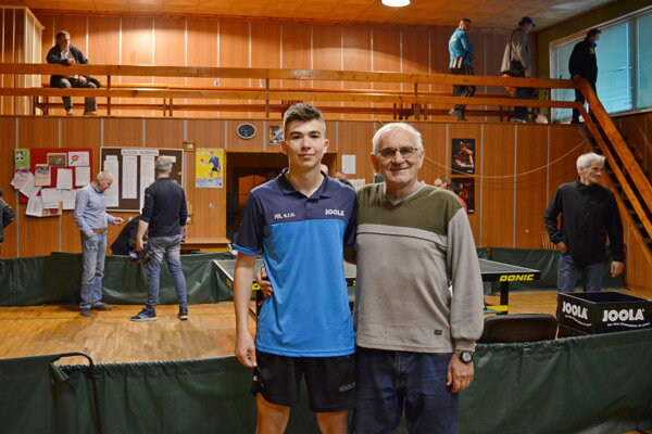 Adam Klajber spolu s dedom Ladislavom Ivankom.