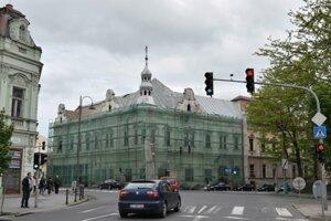 Budova kde sídlu Novohradské osvetové stredisko a knižnica získava novú strešnú krytinu.